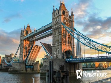 Historical London Tour with Spanish-Speaking Guide: Tower of London and River Thames Sightseeing Cruise